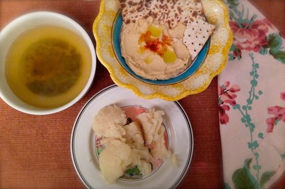 Noche de fútbol - sopa miso, coliflor y humus con pan de espelta tostado